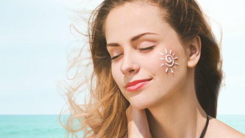 Sử dụng kem chống nắng giúp da tránh bị hư tổn bởi ánh sáng mặt trời